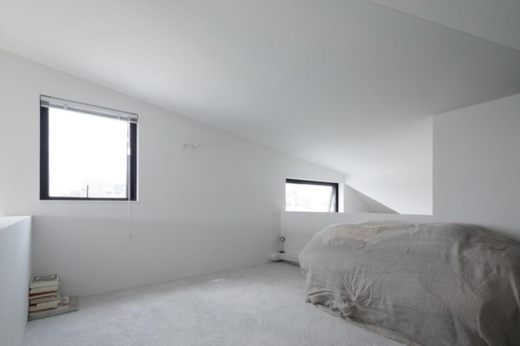 ロフトの寝室は子ども部屋ともつながっており気配も感じられるので、大人も子どもも安心して眠れる。