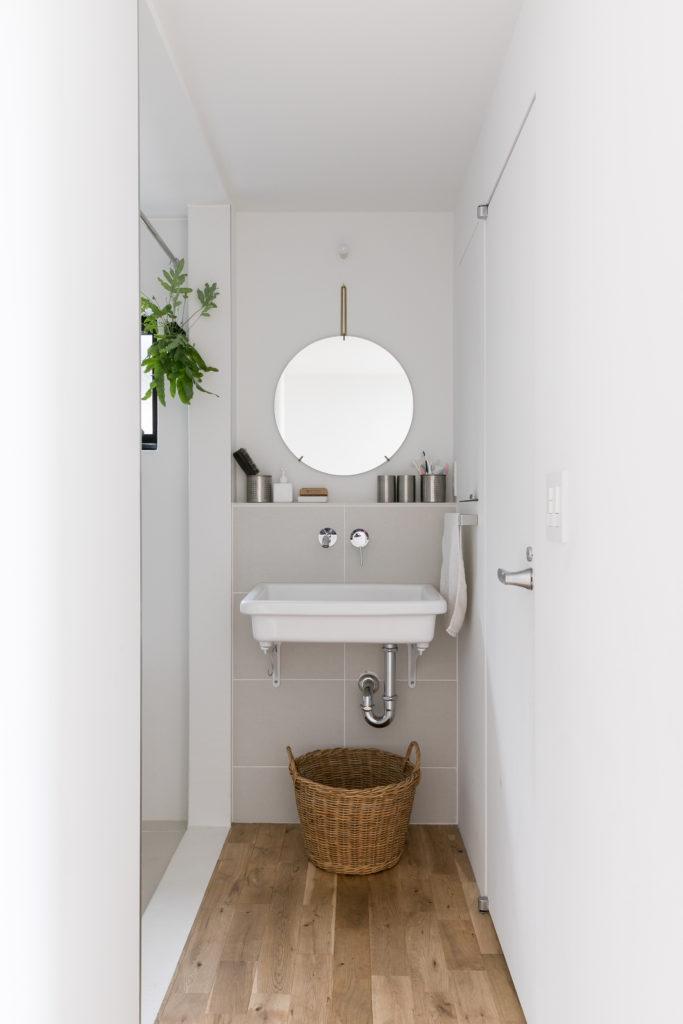 バスルームも建具はつけずにシャワーカーテンのみで仕切る。メンテナンスも簡単。