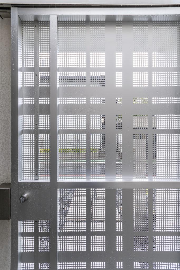 この扉はパンチングメタルを組み合わせてつくられたもの。