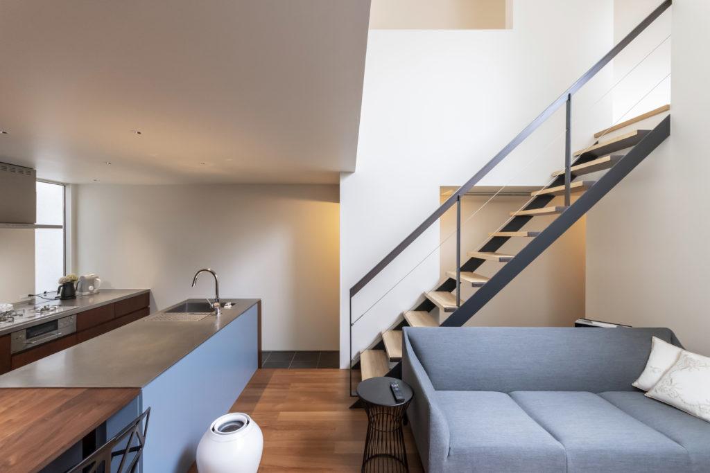 左手のキッチンの床は一段低くなっていてダイニングに座った人と目線の高さが近くなるようにしている。