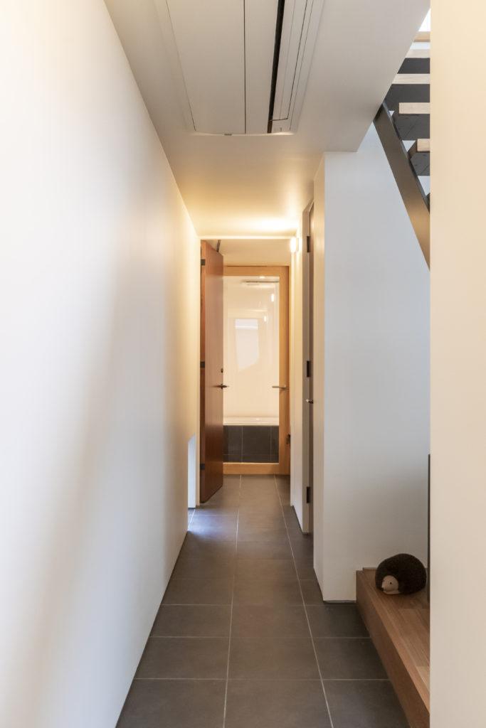 キッチン近くから見る。奥に浴室。