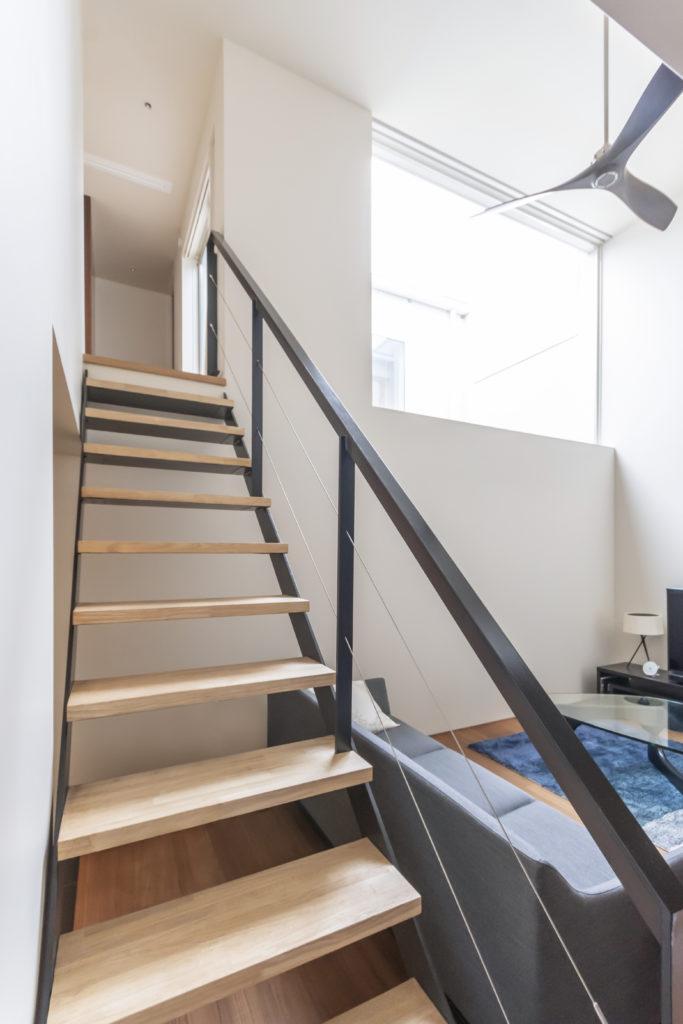 過去のMDSの住宅で気に入った階段と同じものを希望したが、デザインは「微妙に変えて進化させている」(森さん)。