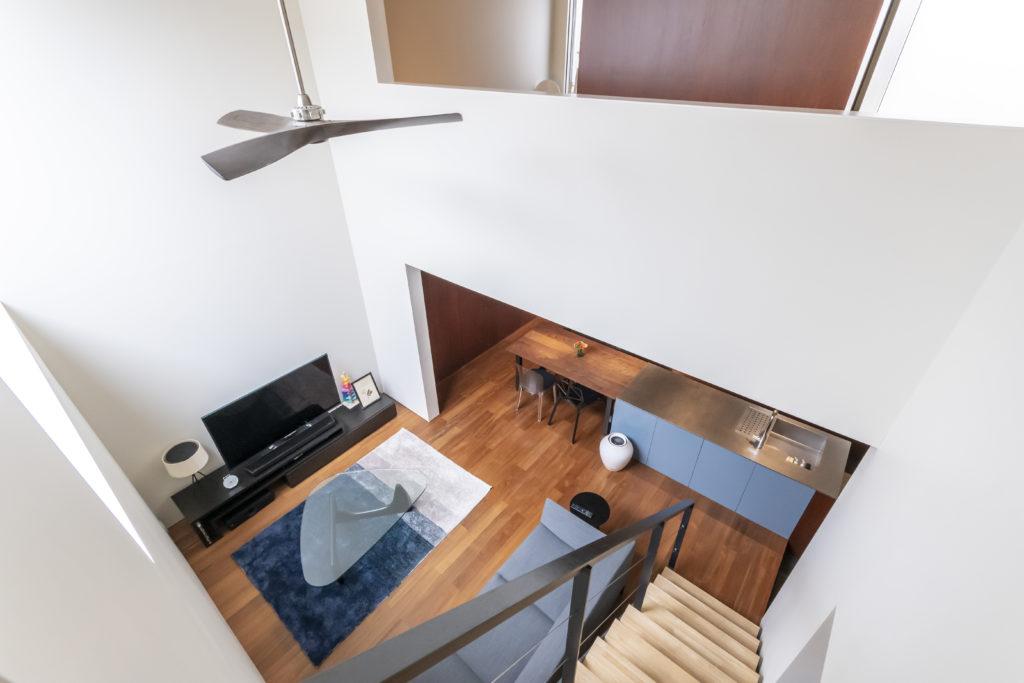 2階から1階のリビングとダイニングキッチンを見下ろす。