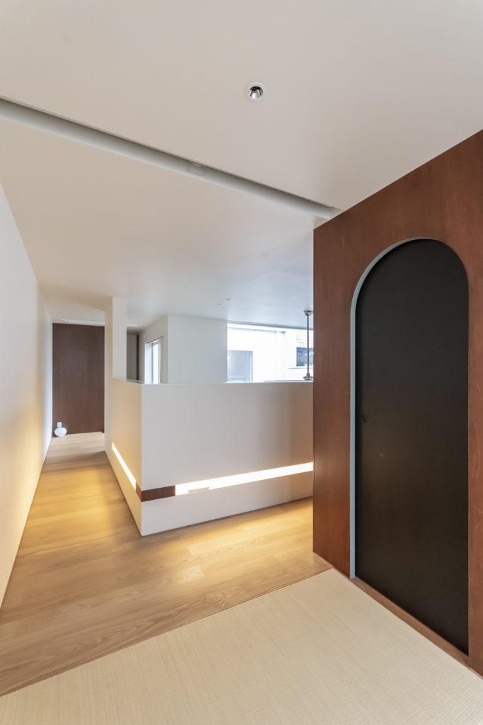 2階和室から見る。すぐ前の壁には間接照明が仕込んであり、下からの反射でほんわりと空間が明るくなるようにしている。