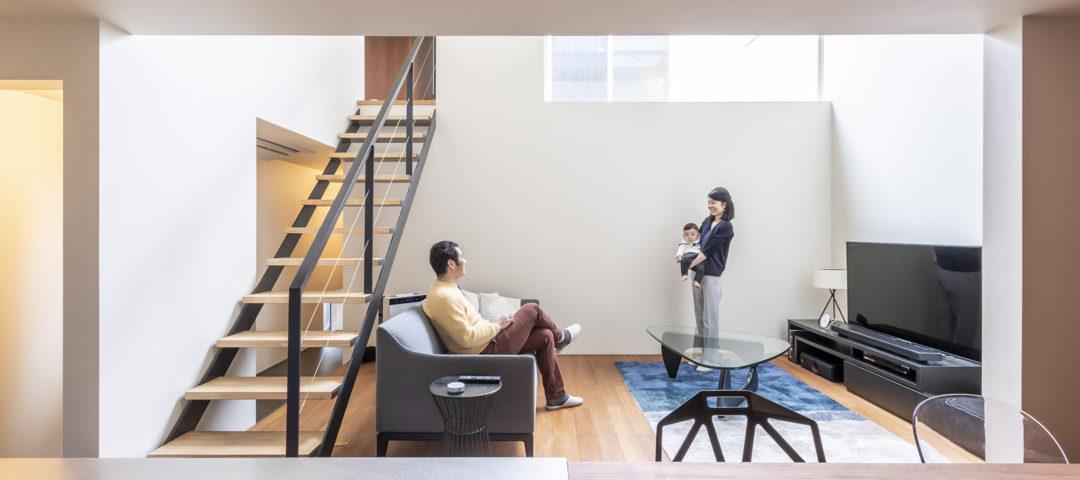 四囲を壁で包んだ家 住宅の密集地ながら、静かで 落ち着き感のある空間で暮らす