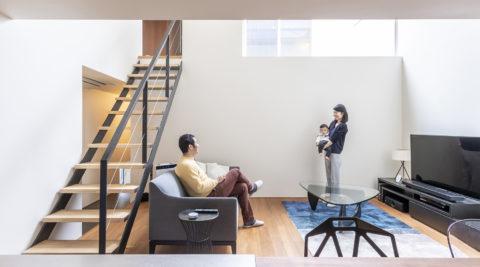 四囲を壁で包んだ家住宅の密集地ながら、静かで落ち着き感のある空間で暮らす