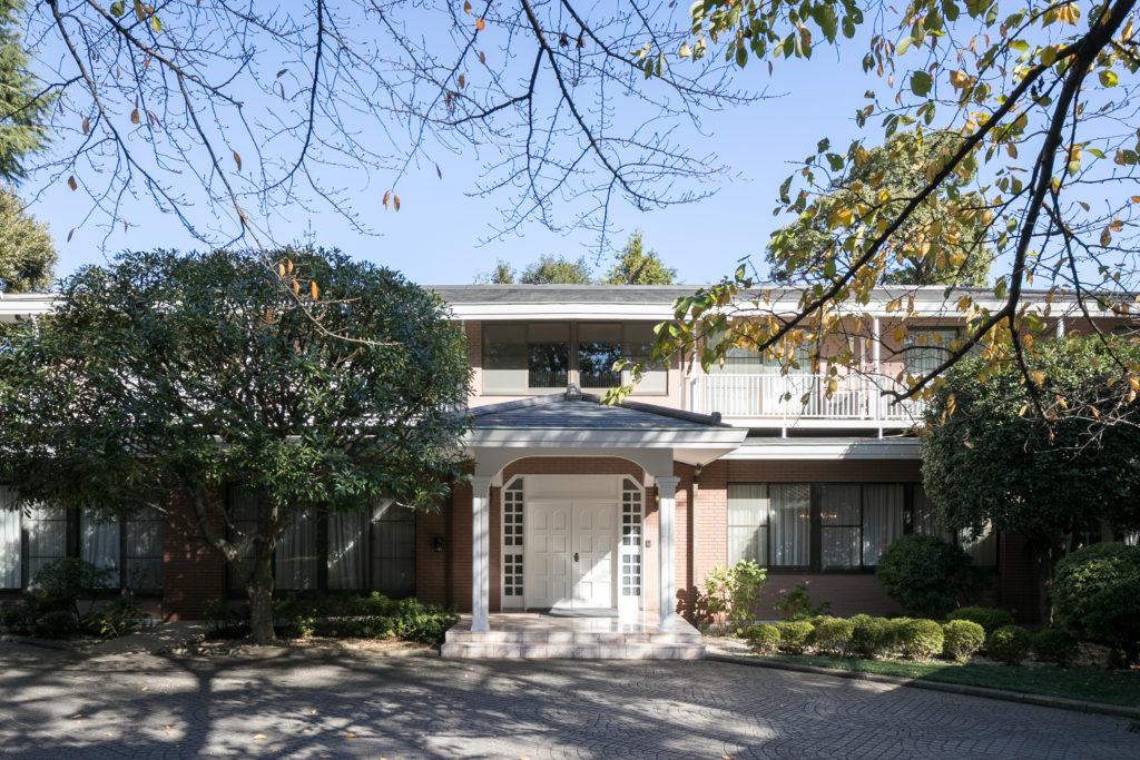 1984年の竣工より、代々引き継がれてきた趣きのある洋風建築の公邸。