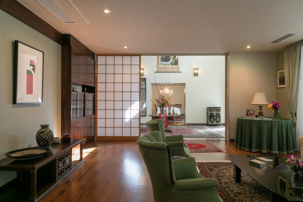公邸1階の応接間を兼ねたリビングルーム。主にこの場所でイベントやパーティが開かれる。