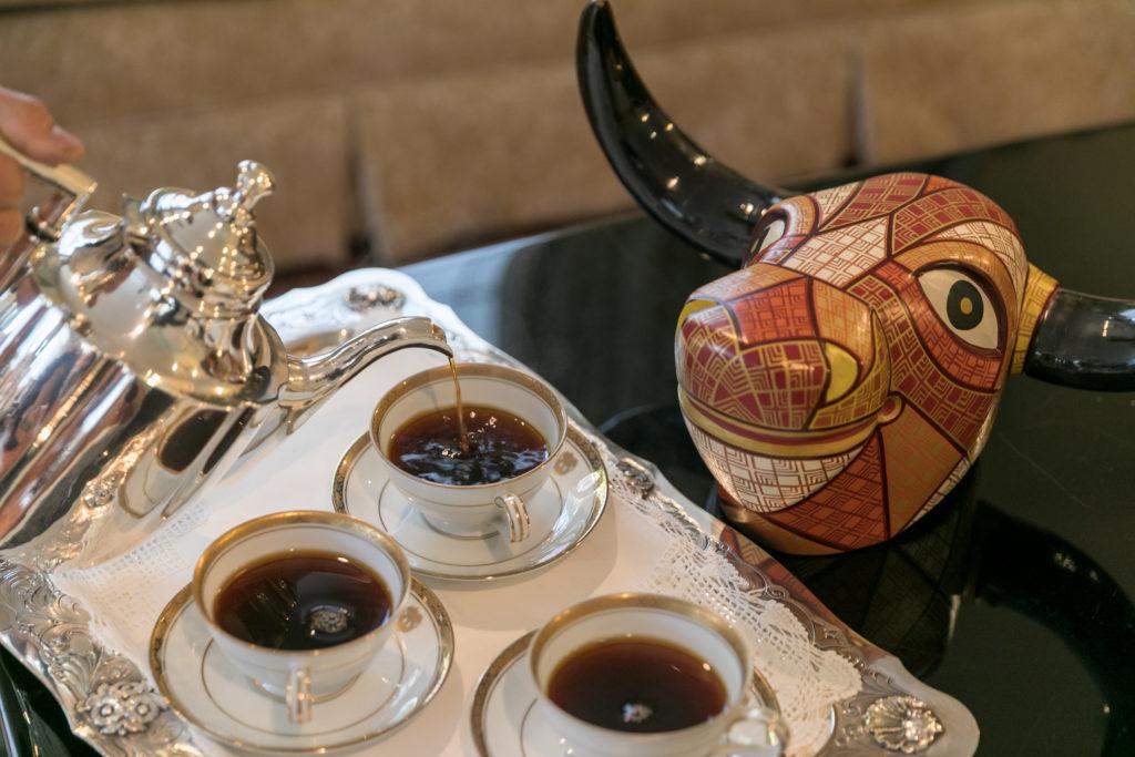 コロンビアの名産品であるコーヒーと、本物の牛の角をあしらったコロンビアの伝統工芸品。