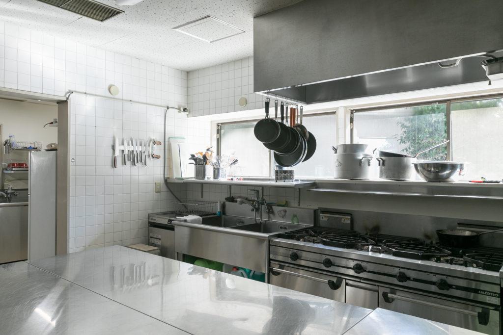 パーティなどの催しに対応できる広いキッチン。専属シェフがいるが、大使自身も週末はキッチンに立ち、料理をするという。