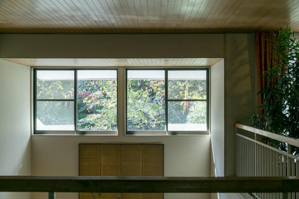 パルド大使が気に入っているという吹き抜けの窓。季節によって変わっていく木の葉の色づきを眺めるのが特に好きだという。