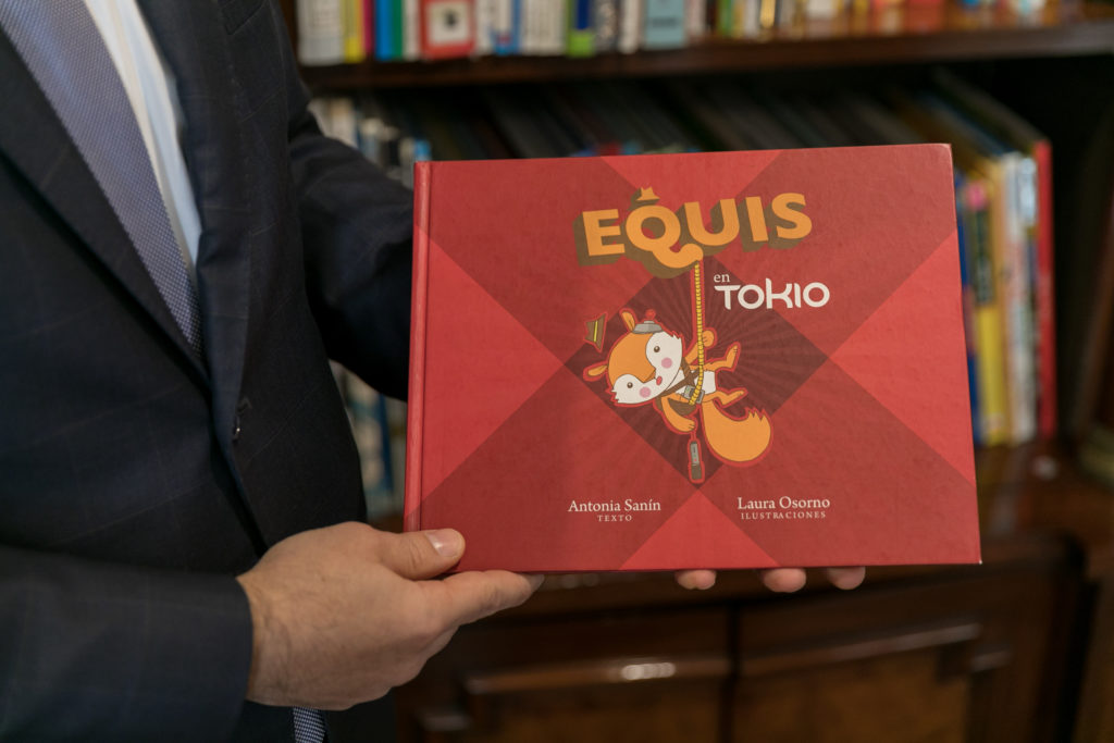 奥さまが描いた絵本『EQUIS(エキス)』。リスのキャラクターが各国を調査するというシリーズ物。