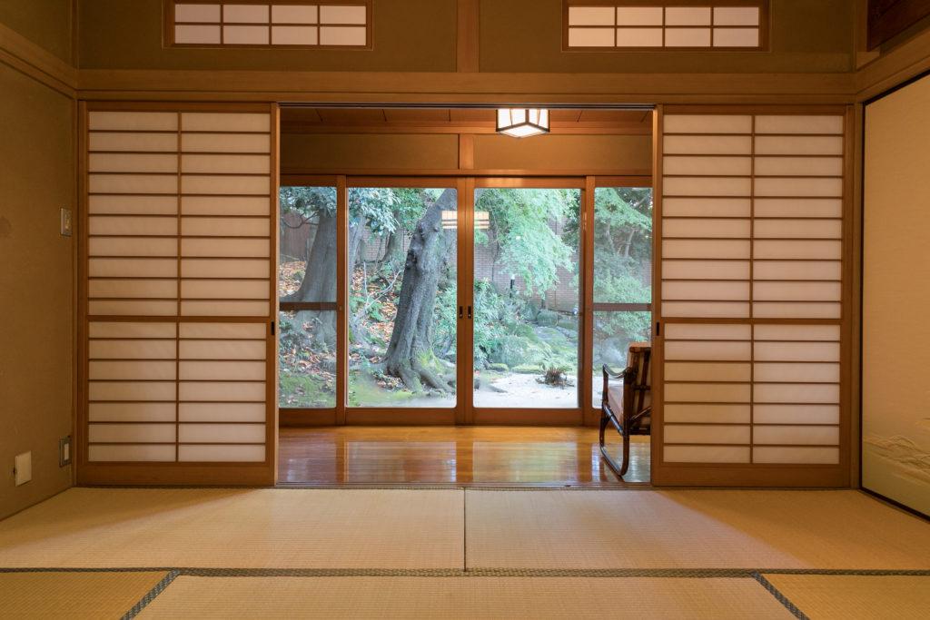 和室から日本庭園を眺める。「コロンビアから来るお客様に日本の畳を体験していただけるのはうれしいです」とパルド大使。
