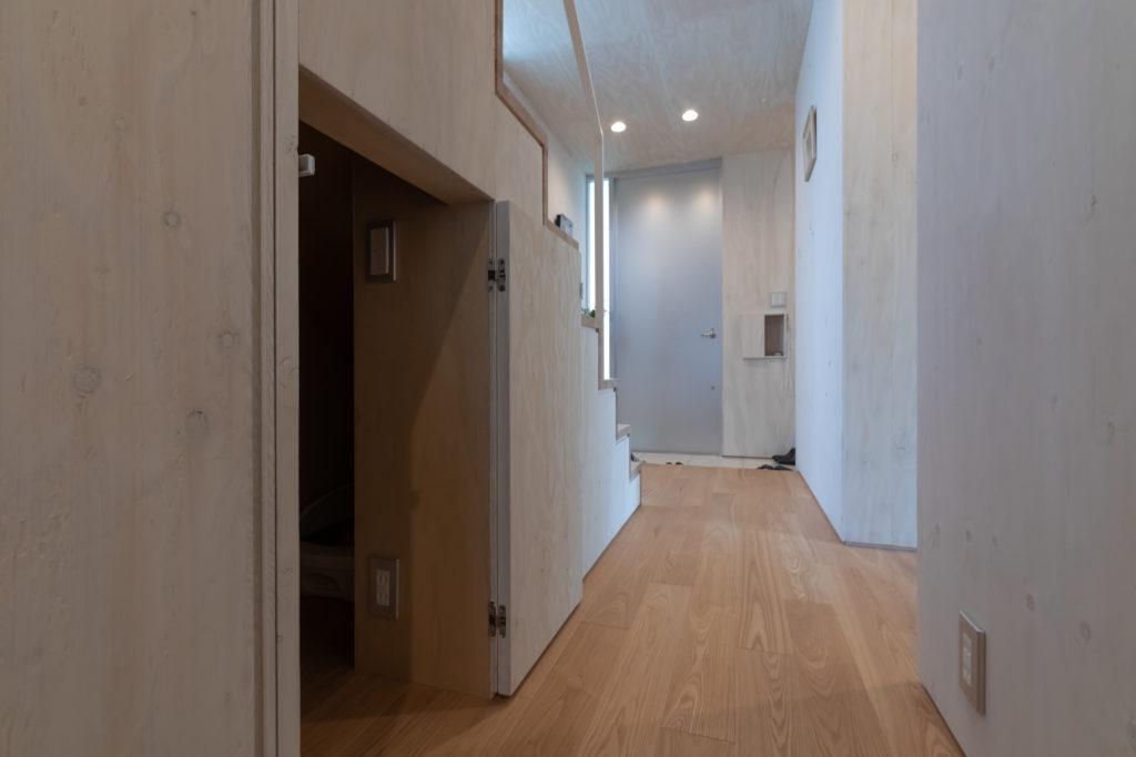 階段下は収納になっている。換気扇付きの猫用トイレ(左奥)も設置。