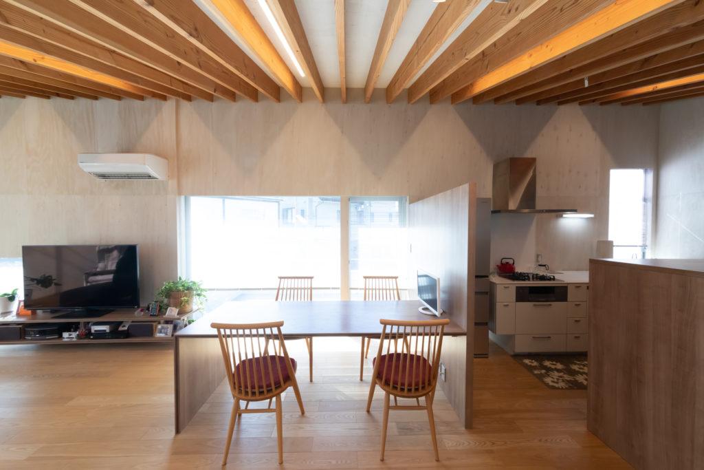 ダイニング脇のキッチン(右)は動線を考えた造り。中華料理に凝っている夫の希望もあって、火力の強いガスレンジに。