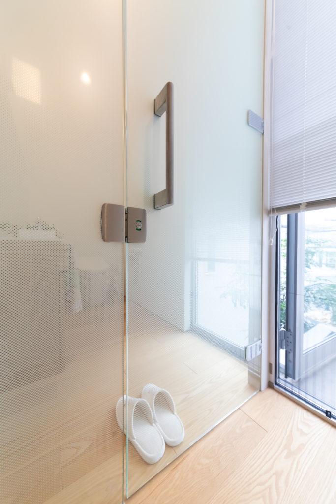 広めに設計した2階のトイレ。うっすらと透けたガラス張りがお洒落。
