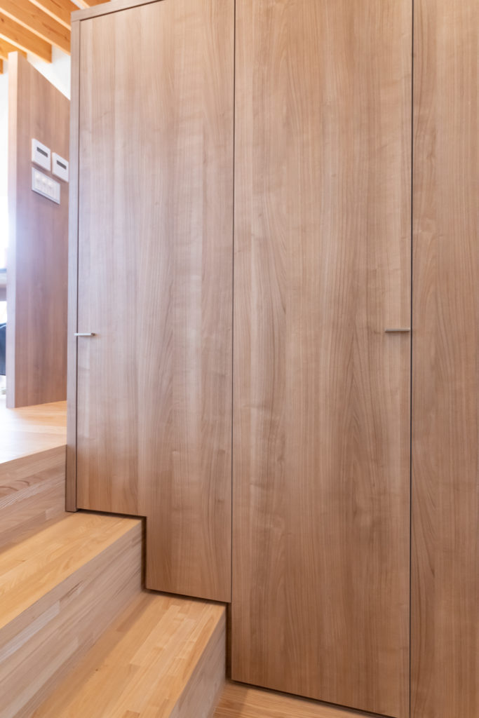 階段状に設えた収納は無駄のない造り。裏のキッチン側に収めるものによって、階段側の収納部分の厚みが異なる。