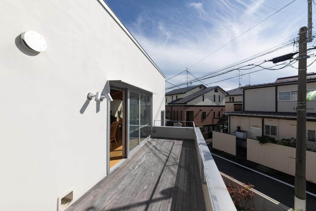 2階のウッドデッキ。低めの手すりがポイント。左下が猫の出入り口。下には、寝室前の中庭がある。