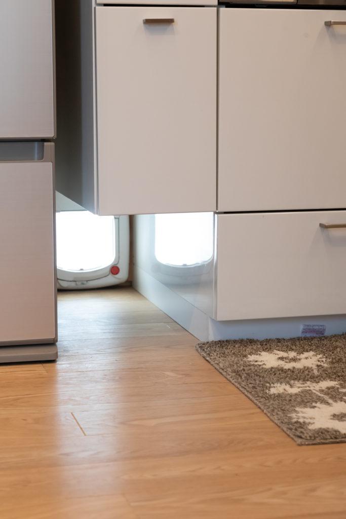 キッチンの下に設けた猫の出入り口。ご夫妻が留守のときでも自由にベランダと行き来できる。
