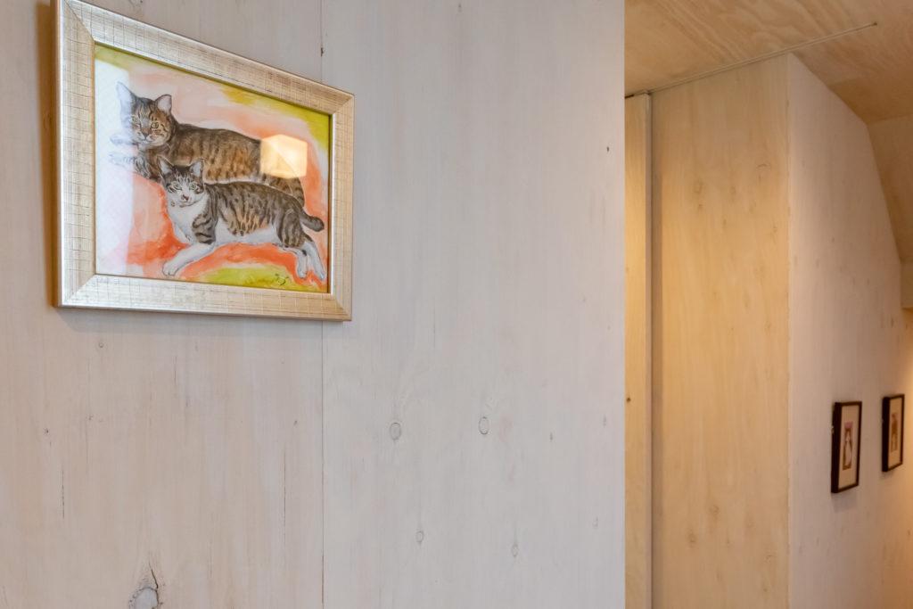先代猫のリリくんとトームくん。日本画を学んだ妻の妹さんの作品。U邸の猫たちは皆、捨て猫や保護猫だった。