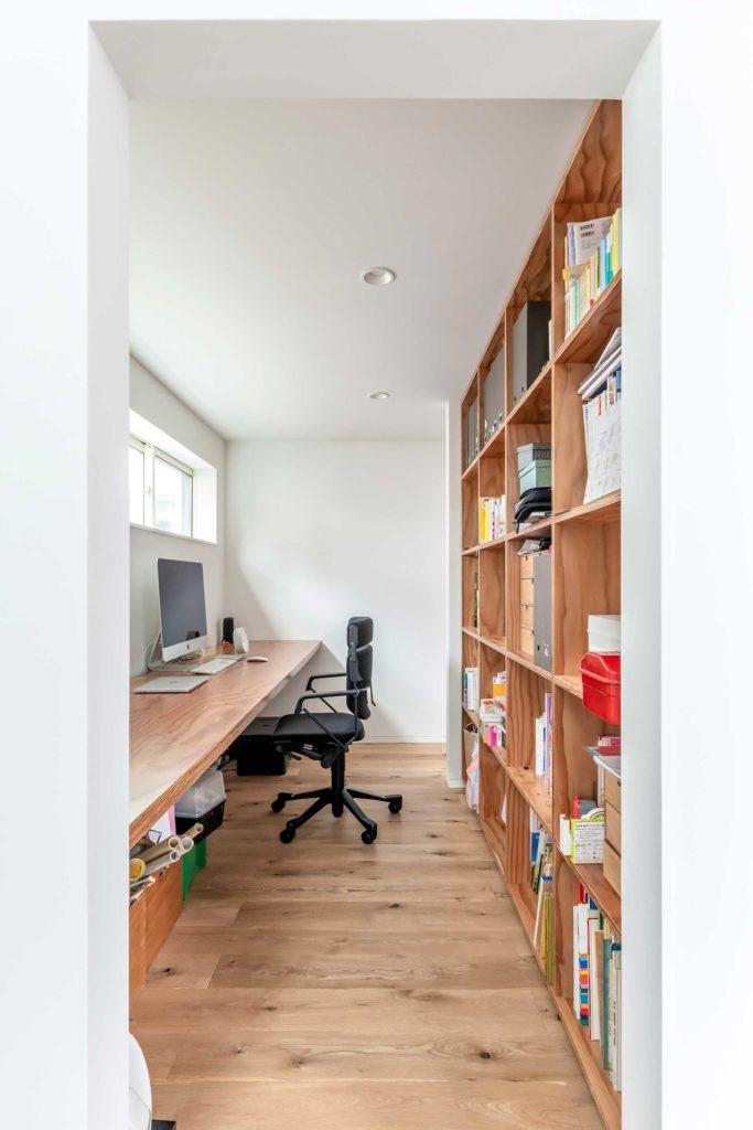 奈保子さんの仕事場を階段側から見る。大量の本を収める棚はLDKから見えない部分につくった。