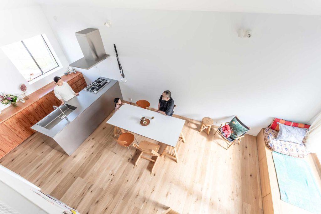 ロフトから見る。「好きなものだけを置いて、雑多なものが目に入らないようにした」という室内は、この通り、すっきりとしたスペースになっている。中村さんは「2階は仕事もできてご飯も食べられるカフェみたいなスペースにしたかった」という。