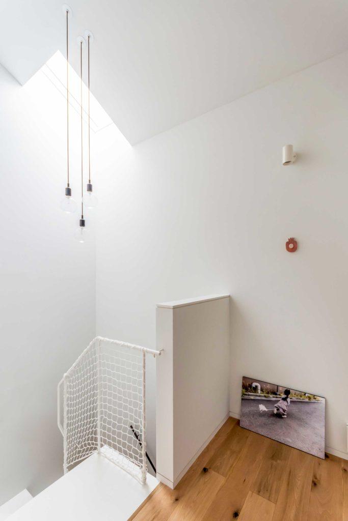 階段室に吊り下げられたライトは佐々木さんがむき出しのオブジェ的に見えるものがいいのではと選んだもの。