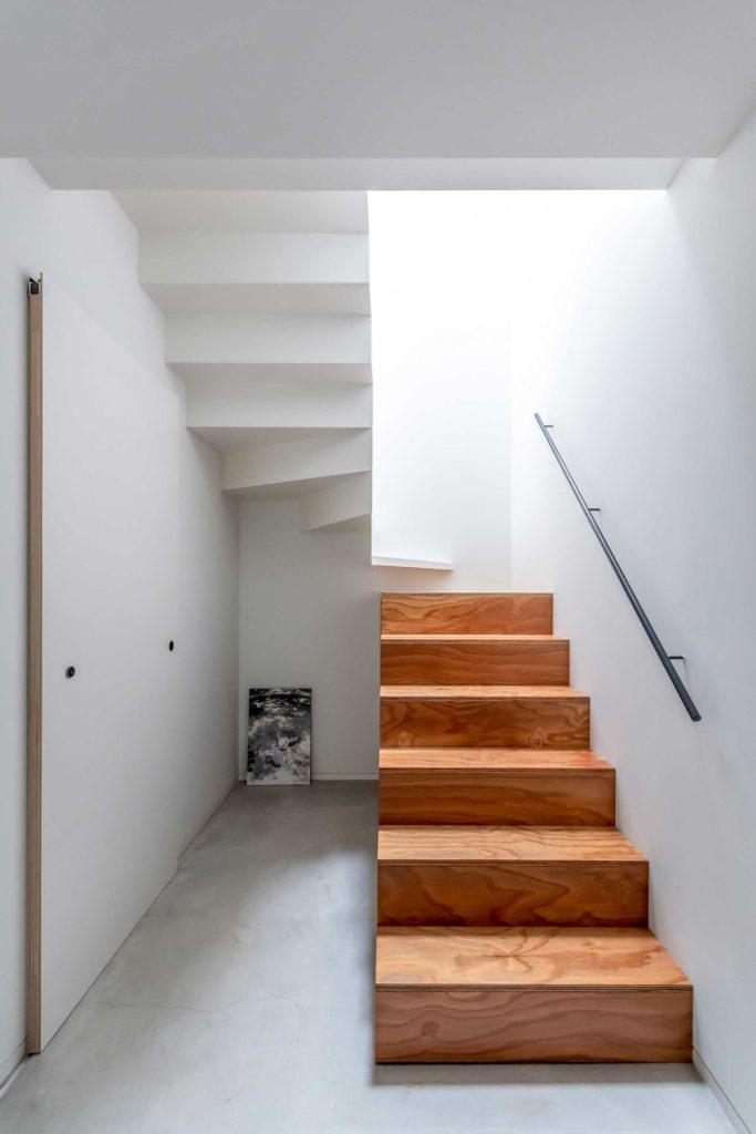 階段の素材を上下で変えるアイデアは奈保子さんからのもの。