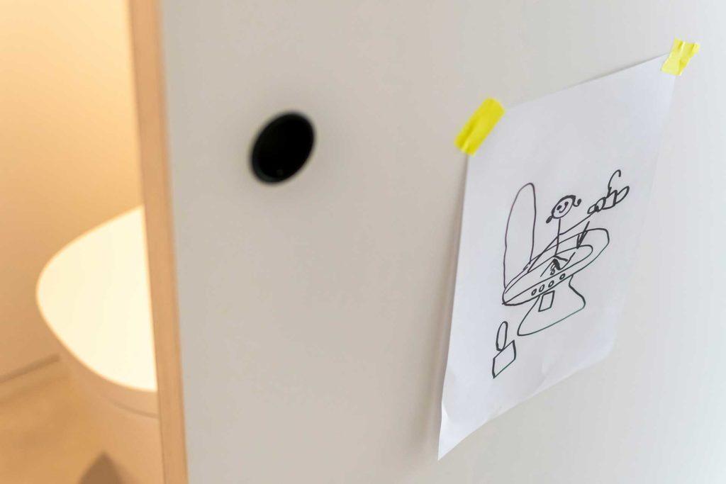 トイレの扉には娘さんの描いた絵がサインがわりに貼られていた。