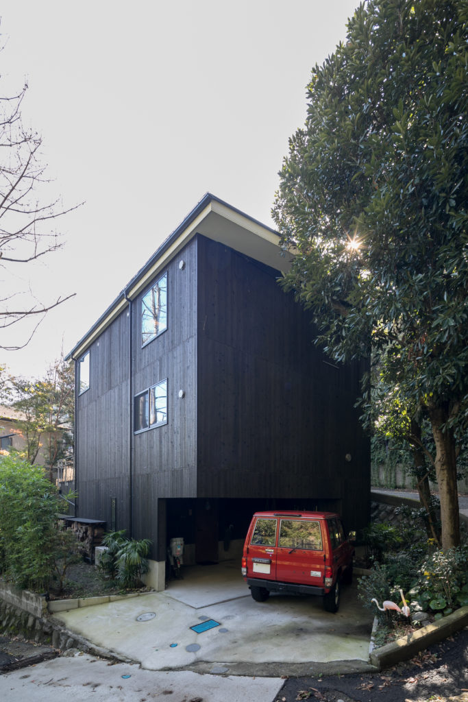 坂の途中に建つ焼スギの外壁の家。鎌倉の静かな森に、寄り添うように佇む。