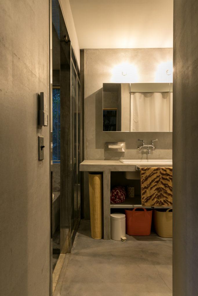 モルタルがクールな水まわり。洗面には実験用のシンクを使用。