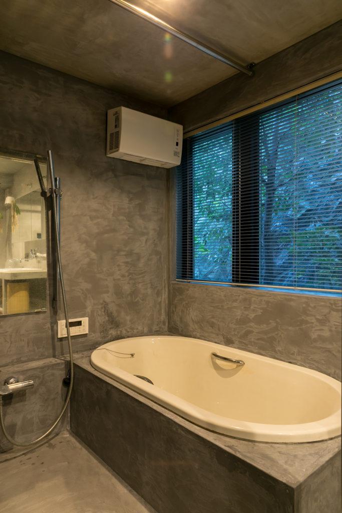 窓からの景色が心地いいバスルーム。緑を眺めながらの朝風呂も。