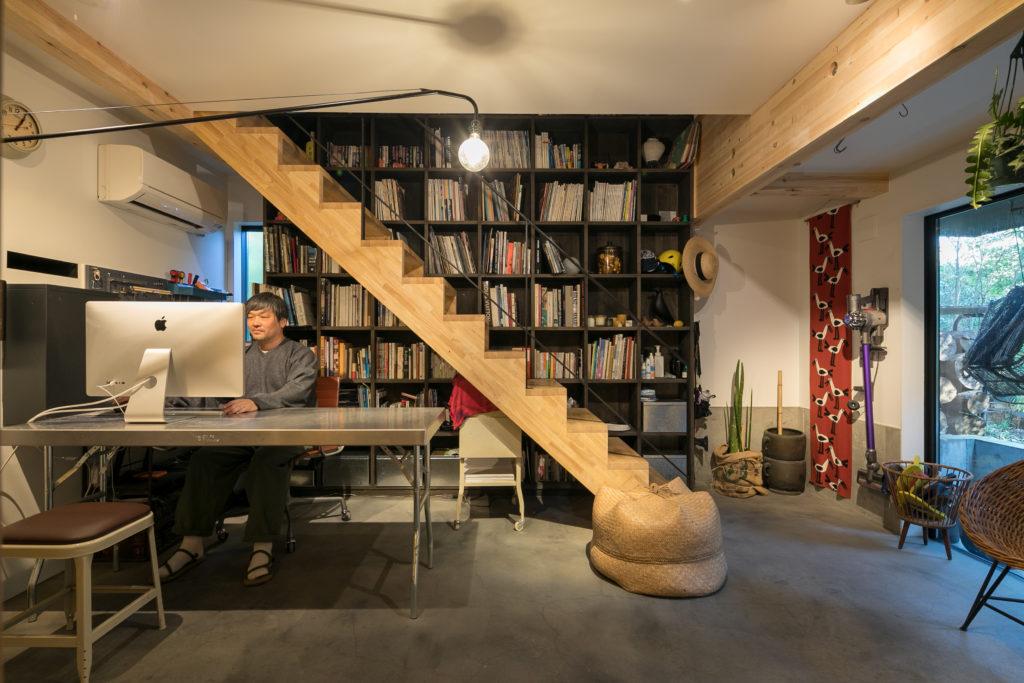 土間のような1階のスペースでは、仕事をしたり、本を読んだり、庭を眺めたり。