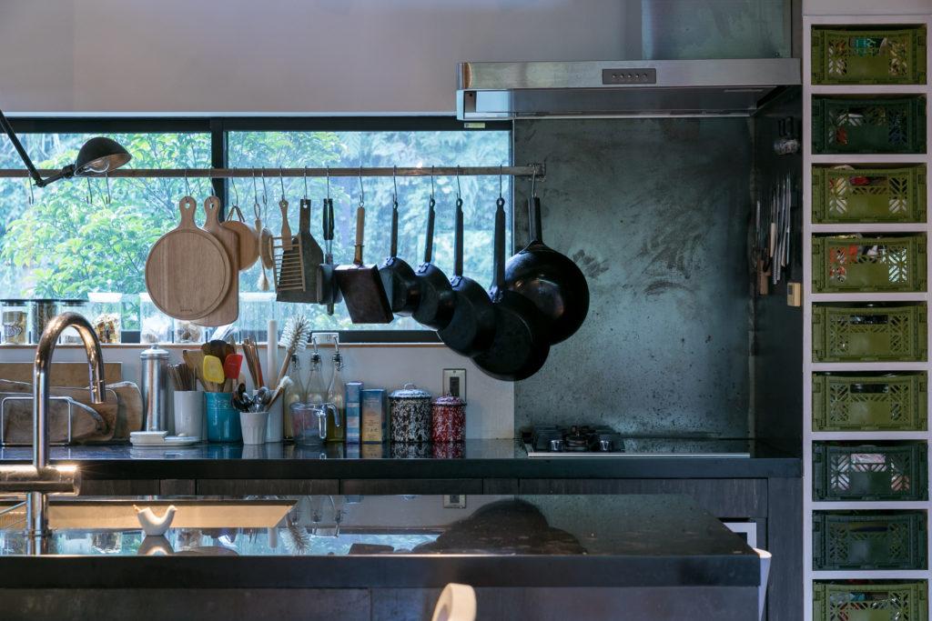 料理好きな憲司さんがキッチンもデザインした。使い込んだ調理器具がずらりと並ぶ。