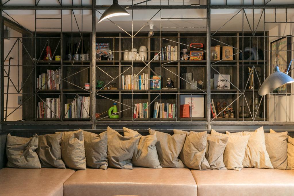 アイアンのフェンスは藤沢のさいとう工房にオーダー。書棚との組み合わせが独特の世界観を構築。