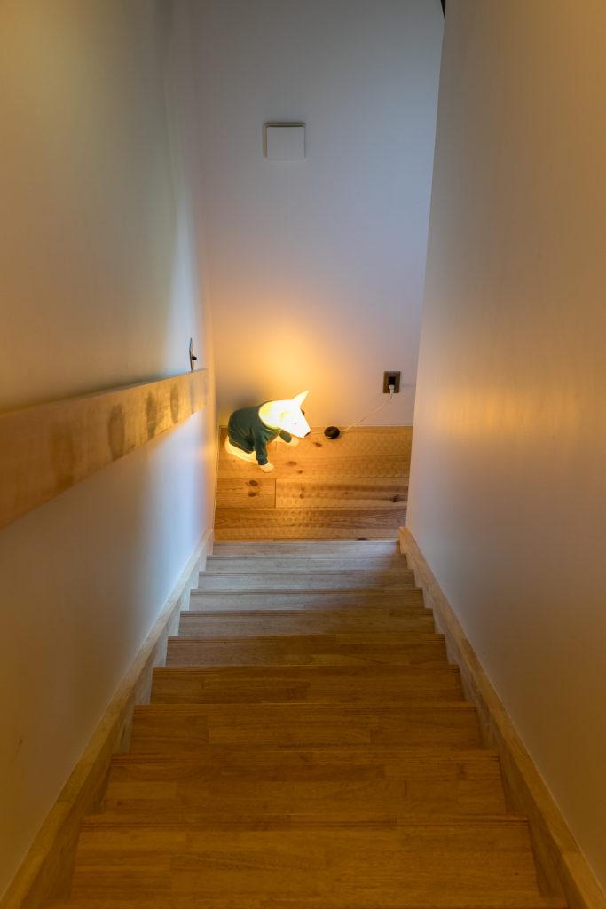 2階の凹凸のある床はフレンチパイン。階段〜3階は無垢のナラ材で。