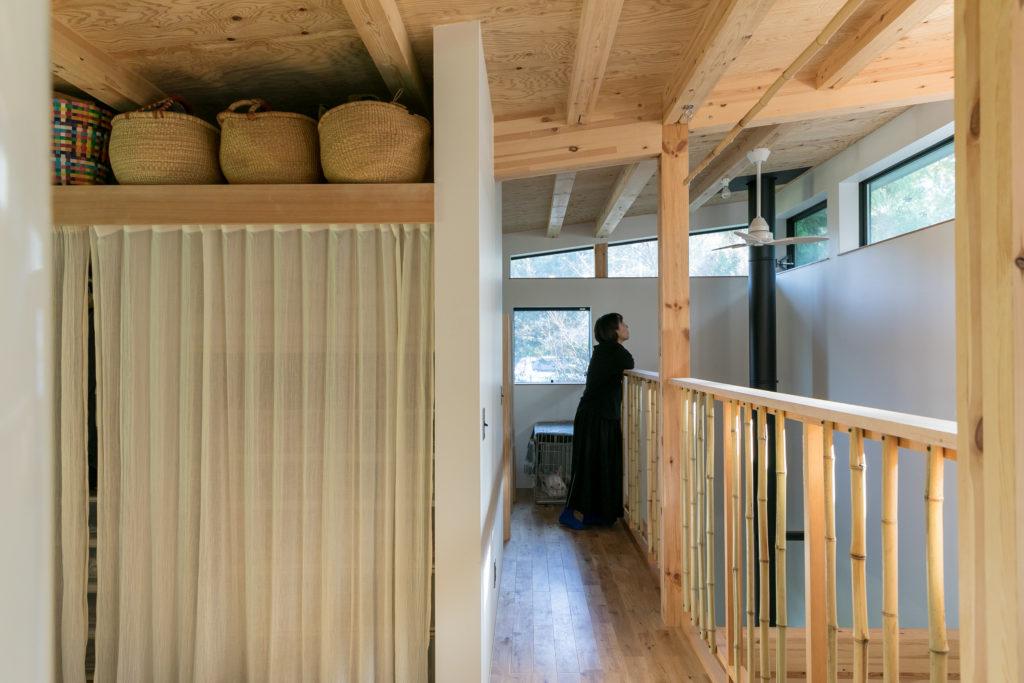 手すりには竹をDIYで取り付けた。スリットから光が差し込み、吹き抜けを介して家族の気配が伝わる。クローゼットも以前の1.5倍の容量に。