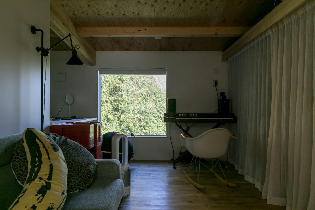 現在は妻・朋子さんの仕事机などを置いている部屋。こちらの開口からは崖が望める。