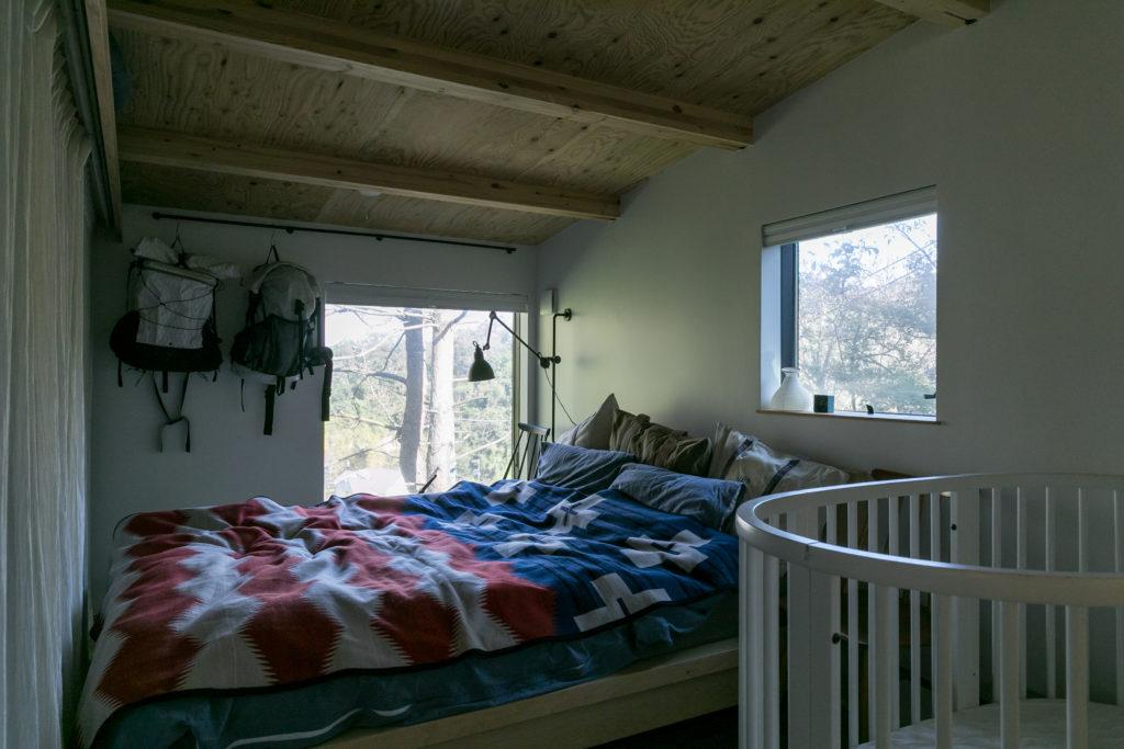 「入居当初は朝、鳥の鳴き声がうるさいくらいで…」というベッドルーム。