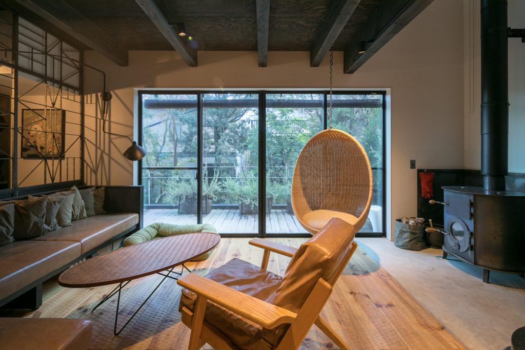 鎌倉の空気にしっくりとなじむ家。バルコニーではハーブなどを育て料理にも活用。