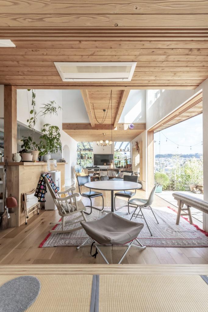 ミッドセンチュリーの家具は、本物とリプロダクトを混在させて。和室の反対側はオーディオスペース。