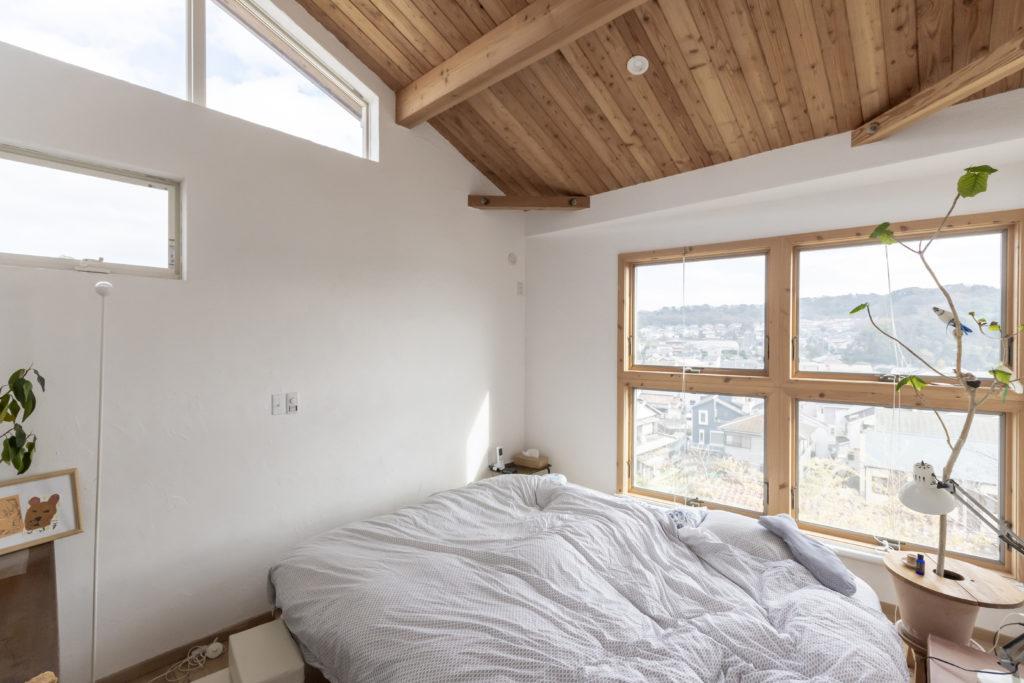見晴らし最高のベッドルーム。ここの壁だけはDIYで珪藻土を塗装した。