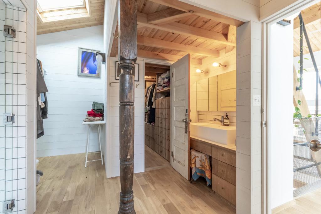 ベッドルームからクローゼットを通って洗面台へ接続。このスペースは洗面、バスルーム、トイレ、ランドリーが一体となっている。中央の古い柱が味わい深い。