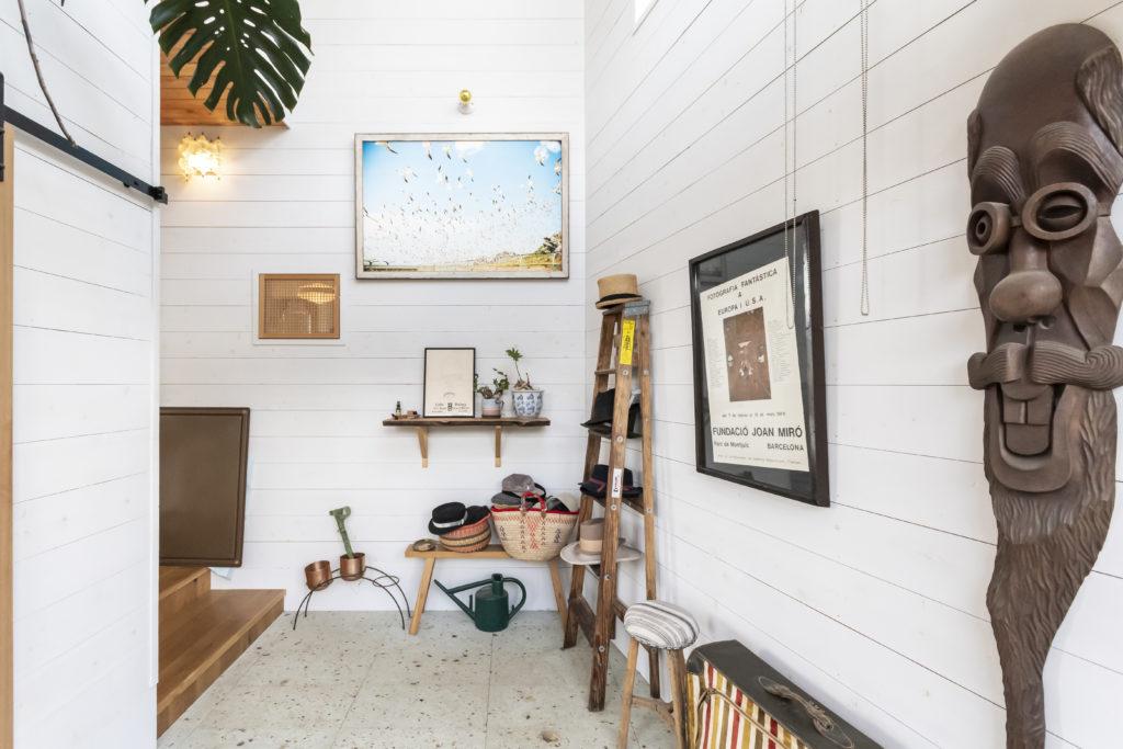 色んなテイストをミックスし、独創的にディスプレイした玄関。たたきには使いたかった大谷石を敷いて和の雰囲気に。