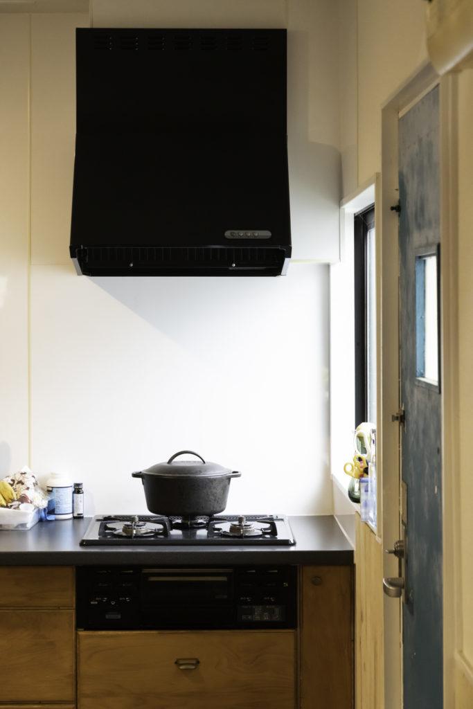 キッチンはリフォーム済みだったが、扉を曽根原さんの好みの木目のものに変えた。