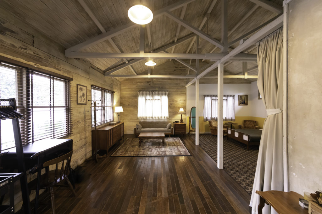 「トラス構造は内部空間を広くとれることが特徴です。右側に見える柱2本は不要なのですが、スタジオとして空間を分けるために敢えて立てています」