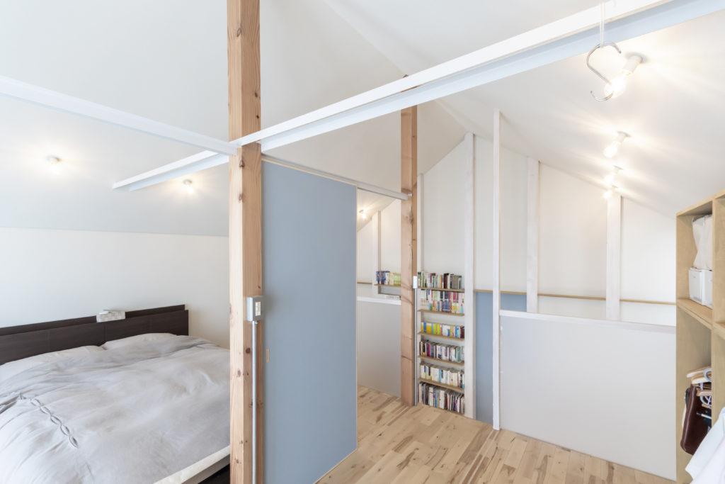 2階は今のところ左の寝室と収納棚のある右のスペースに分かれている。将来は寝室を2つに分けて2階を3部屋にすることも想定している。