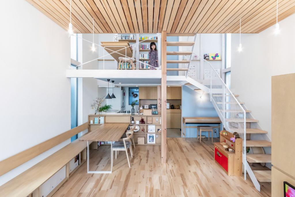 壁や天井の青は奥さんの好きな色。どこかに青色を入れたいという要望からこの住宅の構成の中で壁柱よりも一段階軽い扱いの壁に塗られた。