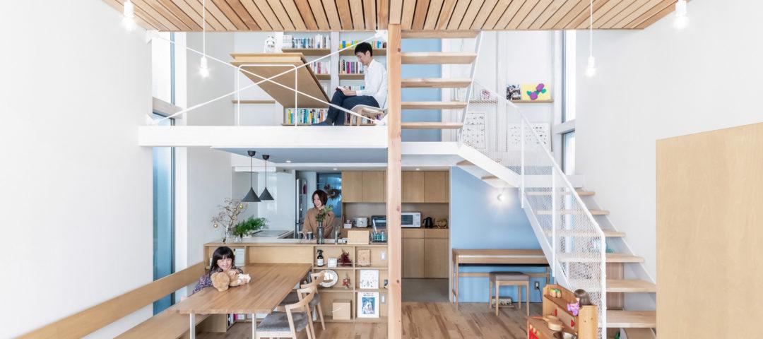 玄関から寝室までひとつながりの家 開放性とともに 家族の気配を感じながら暮らす