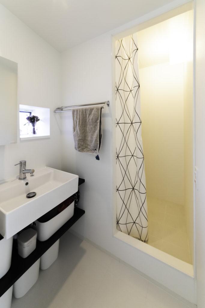 3階のシャワーブース。1階にバスルームがあるものの、朝の忙しい時間帯などに使用。